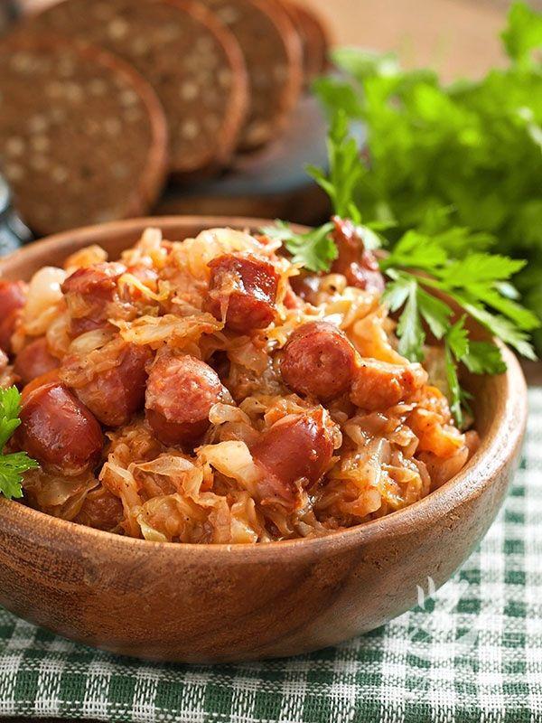 Bigos (stew of meat and sauerkraut) - Il Bigos è uno spezzatino di carne e crauti, a base di carne di maiale magra, salsicce piccanti, pancetta e crauti. Un piatto polacco ricco e buonissimo!