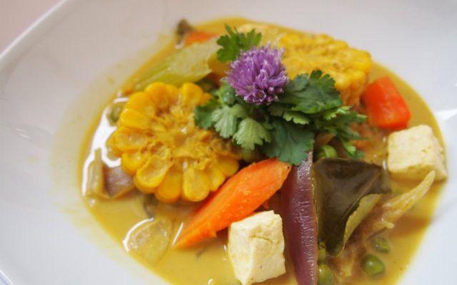 Buntes Gemüsecurry, die blumenförmigen Mais-Kolben sind der Hingucker...!