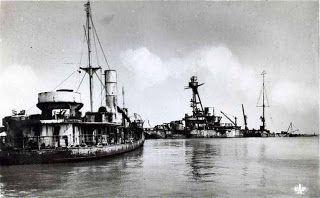 """Arromanches : """"Ici on aperçoit sur la droite, le vieux cuirassé français Courbet qui a été remorqué depuis Portsmouth ou il était depuis le 20 juin 1940, utilisé par les FNFL, il a été coulé le 9 juin 1944 devant Hermanville, il sera démoli sur place après la guerre."""""""