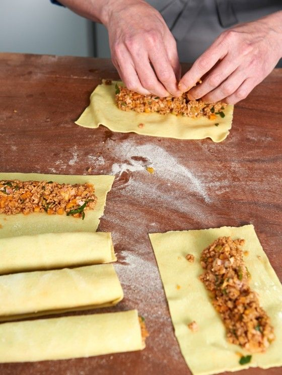 Wie macht man eigentlich Cannelloni? Frische Nudelteigblätter werden mit herzhaftem Hackfleisch gefüllt und überbacken - Wie's genau geht, seht ihr in unserer Fotostrecke.
