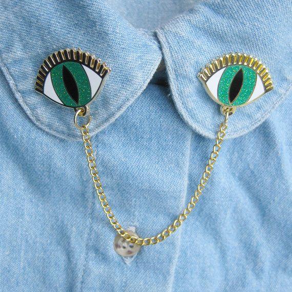 OGEN KRAAG PINS:  Ze zijn terug en beter dan ooit! Mijn klassieke oog kraag clips zijn nu gemaakt in duurzame en super glanzend glazuur. Deze kraag pinnen zijn goud vergulde metaal met harde glazuur. Het glazuur bevat iriserende glitter in de groene leerling, die is moeilijk te vangen in fotos, maar ziet er mooi in alle soorten licht!  De achterzijde van deze pinnen heeft pinbacks en gele rubberen stoppen die uw pins zeer veilig op zijn plaats zal houden. Maatregelen van elke hand. 8 x…