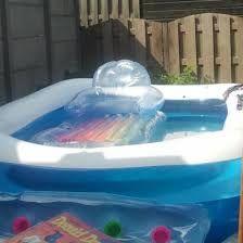 Weinig geld? koop een zwembad voor de kinderen en voor jezelf bij de kringloop of een winkel als de Kruidvat en creëer je  eigen Tuintopia. Maak wat heerlijke drankjes en/of fruitstokjes voor de kinderen erbij. Een vakantie in eigen tuin.......