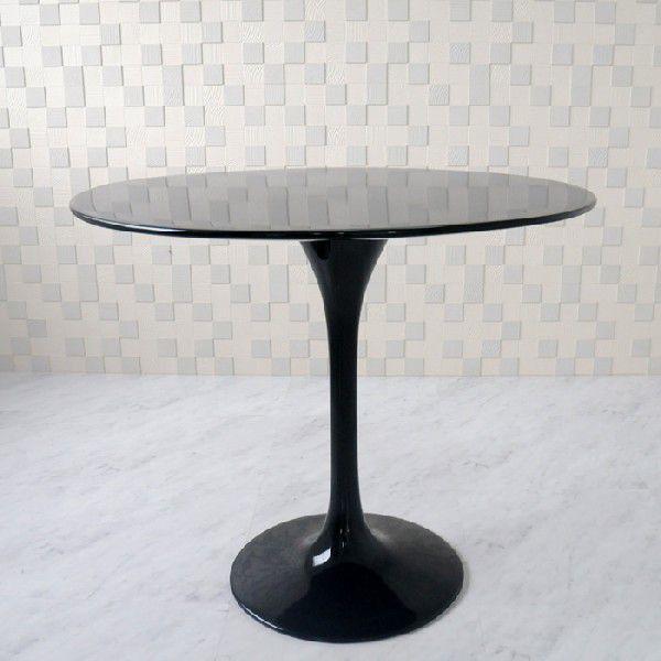 エーロ・サーリネン作、チューリップテーブル製作デザインされてから数十年以上経った今でもこの斬新かつ魅力的なデザインが多大な支持を得ています。ファイバーグラスのブラックがとてもシンプルながら高級感を演出しています。