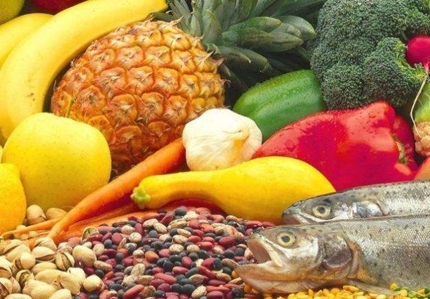 Contro l'ipotiroidismo bisogna portare avanti un'alimentazione corretta: da preferire sono i cibi come pesce, molluschi, frutta e verdura.