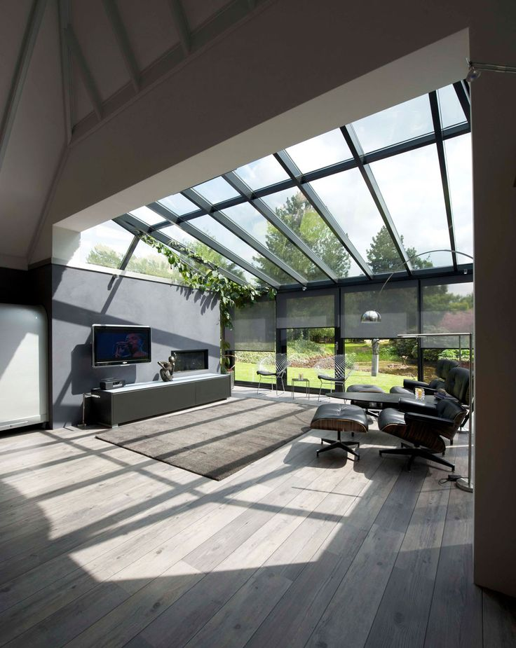 Moderne aanbouw met houten vloer. Wat een extra licht geeft een glazen aanbouw toch! Door de mooie lichte houten vloer lijkt de woonkamer eindeloos door te lopen. De slimme zonwering zorgt ervoor dat het op zonnige dagen binnen niet te warm wordt. Serbo