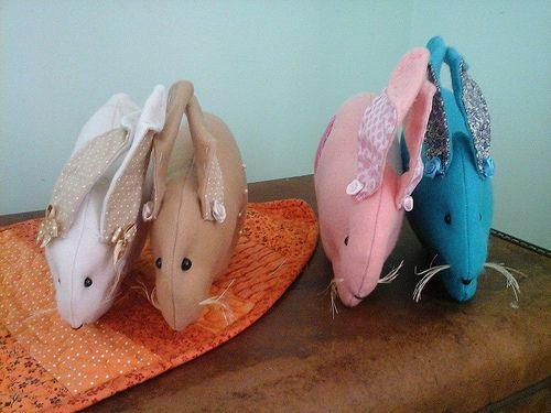 coelhos em feltro