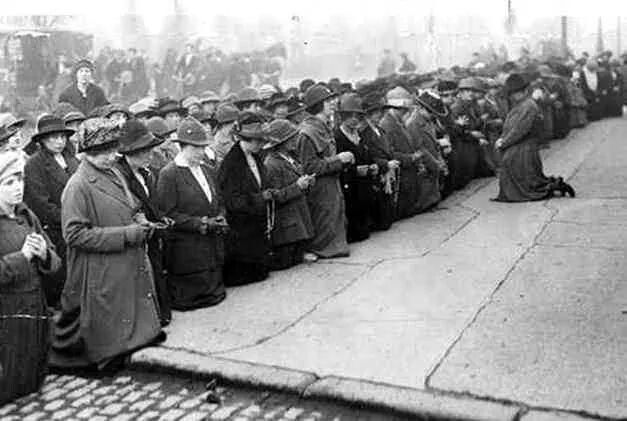 Members of Cumann Na mBan praying for Kevin Barry outside Mountjoy Gaol, 1920.