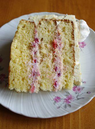La recette facile du layer cake fraises Philadelphia, réalisé pour les 20 ans de ma cousine. Un gros gâteau tout moelleux et très frais.