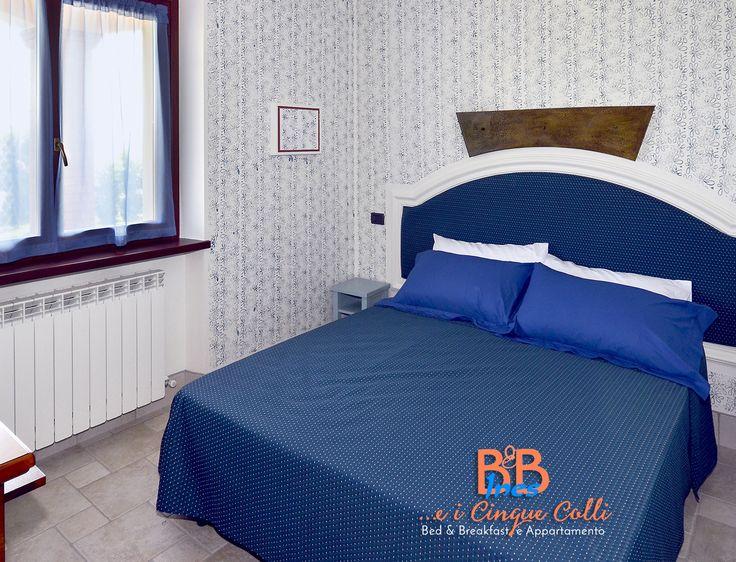 Camera da #letto #matrimoniale, #stile #moderno, con pareti dipinte a mano, finestra che si affaccia sul #giardino