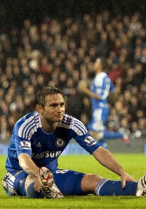 Lampard hanya bisa duduk lesu di tengah lapangan setelah wasit membunyikan peluit akhir pertandingan