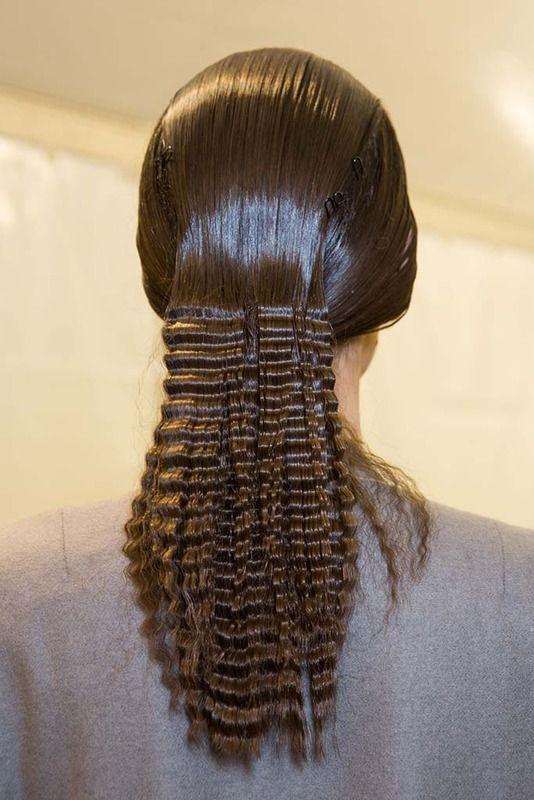 Pelo sobre la cabeza efecto engominado que termina en un ondulado perfecto. Propuesta de Issey Miyake.