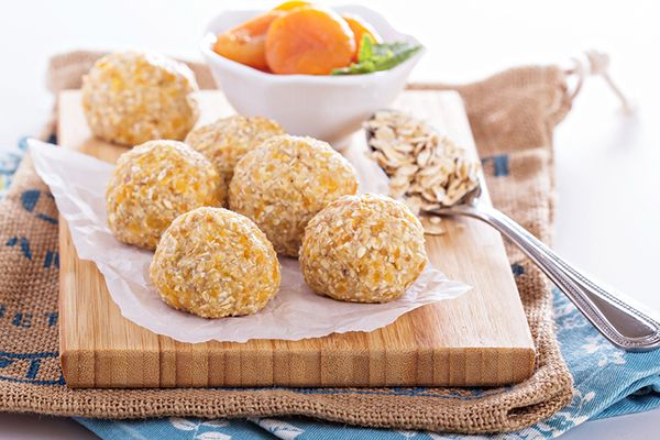 These Apricot And Oat Breakfast Balls are sooo delicious, you wouldn't mind eating even on a busy morning rush!