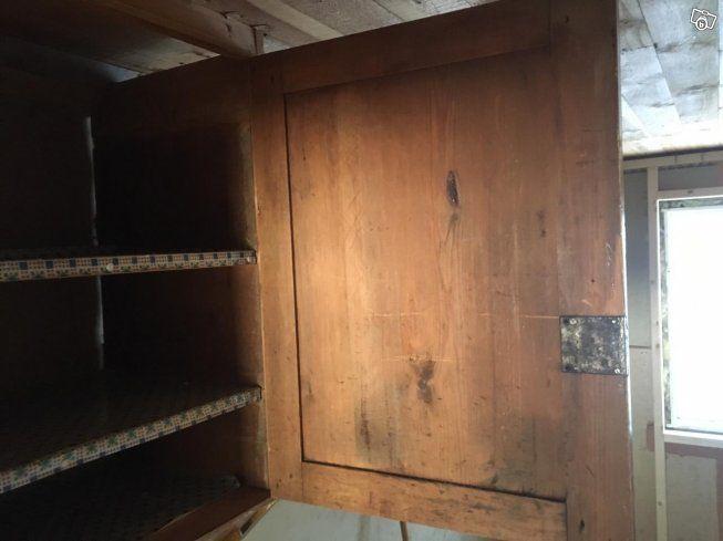 Antikt gammalt köksskåp med över- och underskåp. Bredd ca 120 cm. Djup ca 49 cm.