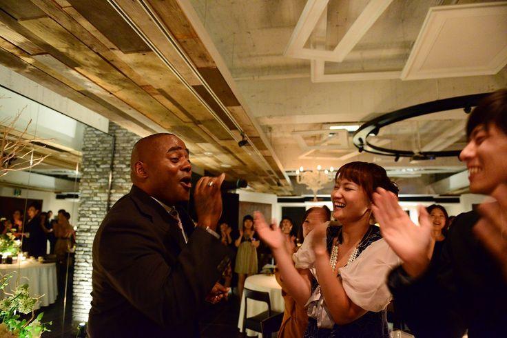 パーティーの最後はシンガーの歌と全員でのダンスタイム