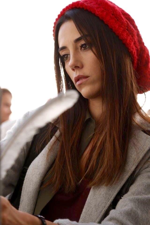 Cansu Dere Anne dizisinde Zeynep Güneş karakterine can veriyor.
