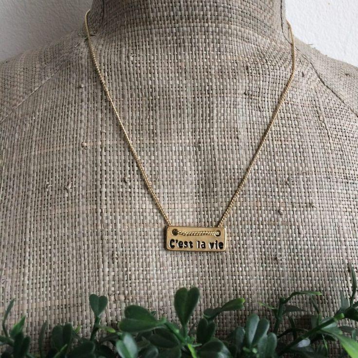 goudkleurige ketting met tekst c'est la vie - musthave Maart -44 cm- lengte afstelbaar- gegraveerde tekst - langwerpig plaatje 2,5x1cm - 4leafs4joy - lovely