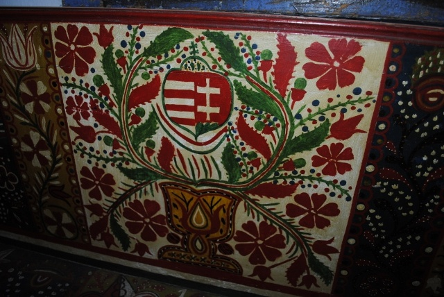 Painted bench (lóca) in Méra, Kalotaszeg decorated by the Hungarian hatchment