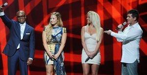 A primeira foto de Britney Spears no palco do reality 'The X-Factor' - Com um lindo e curto vestido, Britney Spears brilha ao lado de Demi Lovato, L. A. Reid e Simon Cowell na primeira imagem em que aparece como jurada no palco do 'The X-Factor'