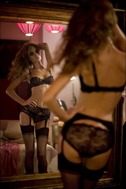 rosie_huntington_whiteley_agent_provocateur_ad_shoot_dec_2008a_vfXwSb8.sized.jpg (427×640)