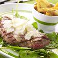 Sortez les steaks du frigo 1 h à l'avance (c'est le secret d'une grillade réussie, sans quoi la viande reste complètement crue, voire froide, à l'intérieur).  Faites chauffer une poêle-grill à sec, à bon feu, mais pas au maximum.  Pendant ce temps, répartissez les pousses d'épinards sur les assiettes. Arrosez-les d'un peu d'huile d'olive et de vinaigre balsamique.  À l'aide d'un pinceau, badigeonnez les steaks d'huile sur les deux faces. Déposez-les dans la poêle bien chaude, faites-les…