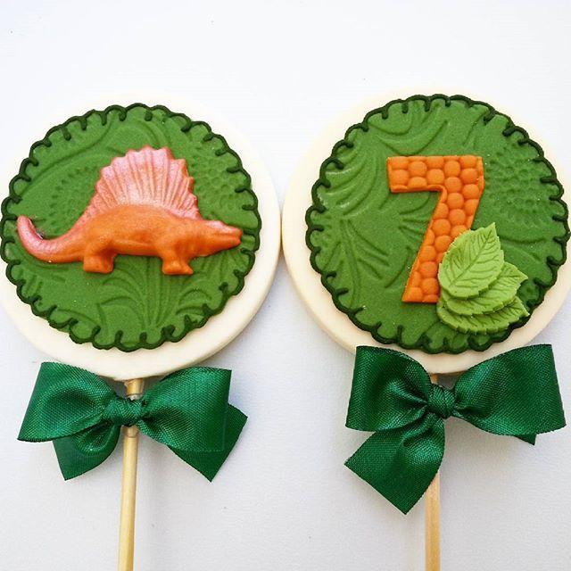 Pirulito de chocolate decorado para festa de 7 anos do Matheus - Tema Jurassic Park #milalossdoces ...