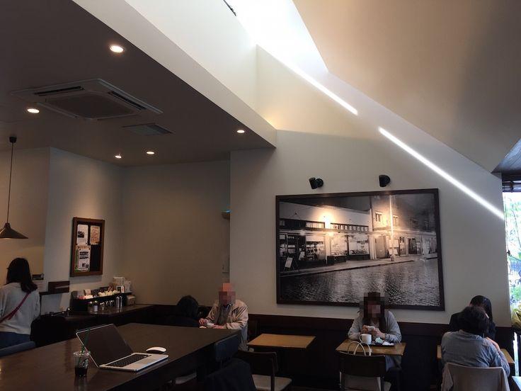 スターバックスのトップライト自然光照明では無いが、自然光も室内に積極的に取り込むことが多い。この事例では天井からの光(トップライト)を上手く壁に反射させて、柔らかな光を室内に導いている。