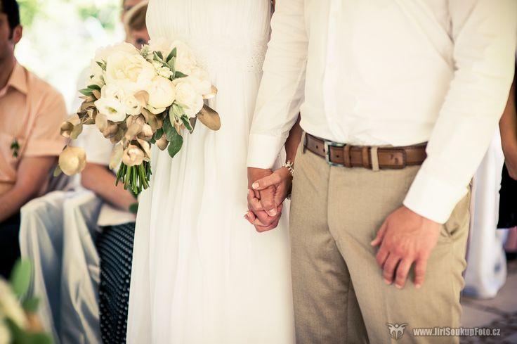 Krásná bílo zlatá svatební kytice na svatbu Evy a Pavla / svatební květiny a výzdoba od svatební agentury Million Bells