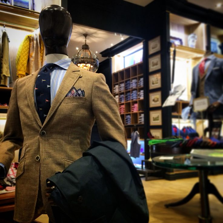 Veste anglaise ajustée, 2 boutons! Tissu à motif pied de poule marron/beige et coudières chocolat. Sur le bras, imperméable bleu foncé. #WicketSoBritish