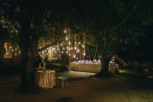 hanging wedding lights // photo: nina milani http://weddingwonderland.it/2015/03/matrimonio-fucsia-torino.html