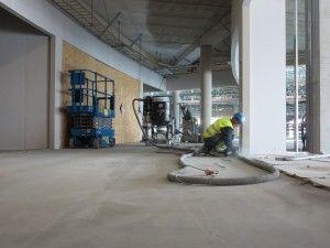 Her jobbes det må å slipe gulvet før legging av granittstein har oppstart