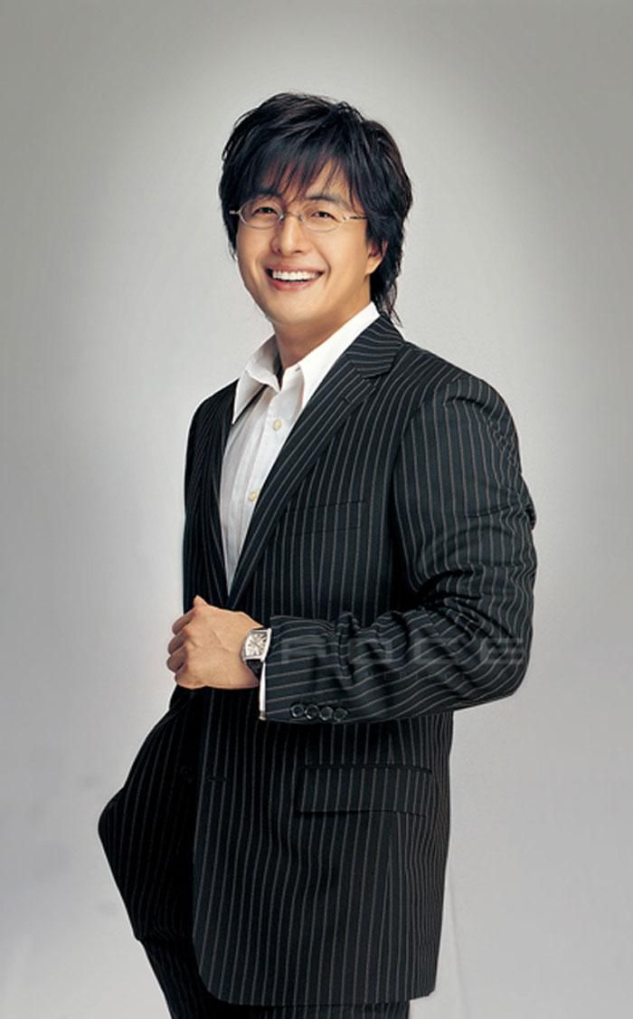(bae yong joon) as Park Chung Hee - Dae Hyun´s father and security chief of the royal family