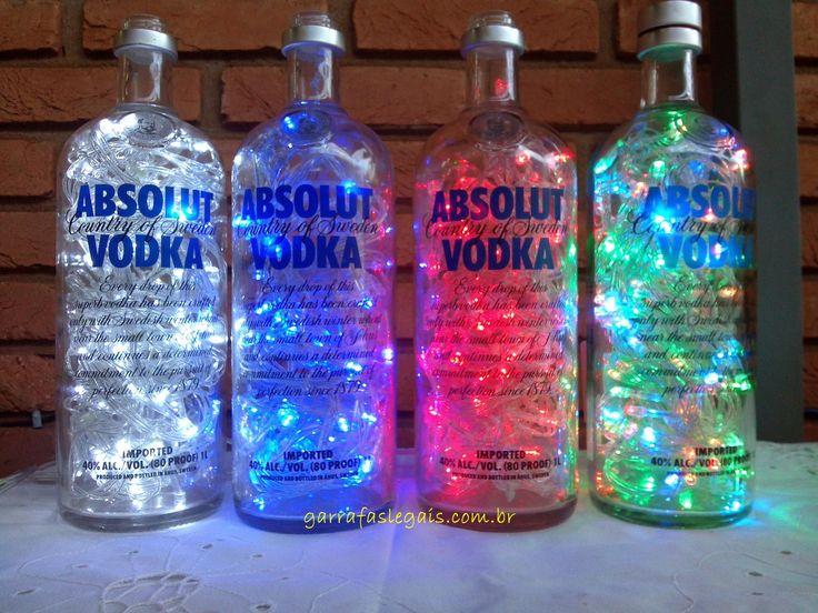 Aprenda a fazer uma luminária de garrafas de vidro moderna e sustentável! É só guardar as garrafas de vidro e usar aquele pisca-pisca de led que é utilizado só no Natal e pronto! Use a criatividade a favor da natureza , deixe sua casa iluminada e bonita com esta dica. Confira e anime-se a fazer…