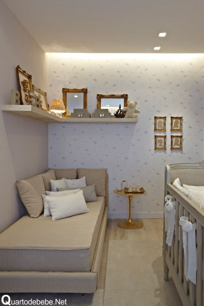 quarto de bebê luxuoso provençal com quadros de molduras douradas