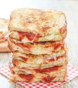 Comme une pizza       Sur du pain baguette, déposez de la mozzarella râpée, plusieurs tranches de pepperoni et de la sauce marinara avant de faire griller à la poêle. Pour un sandwich vraiment décadent, montez le sandwich en plusieurs étages