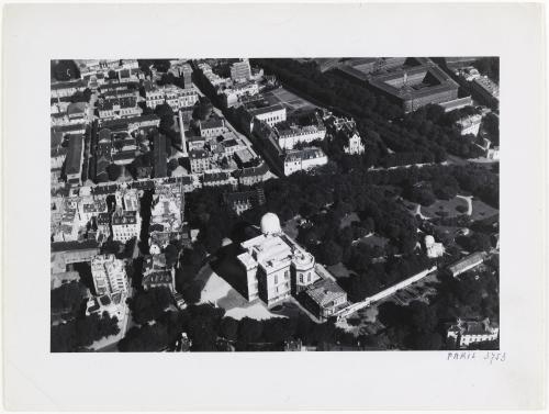 Vue aérienne de Paris : l'Observatoire de Paris, l'hôpital Cochin et la prison de la Santé (maison d'arrêt). 14ème arrondissement, Paris. | Paris Musées