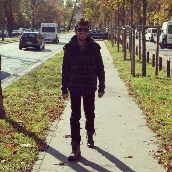 STAREE Hakan Yildiz: walking and smiling to #paparazzi :)