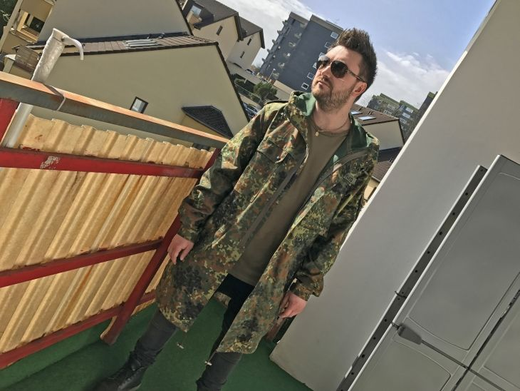 Outfit: Liebe auf den ersten Blick   Sonntag Nachmittag Sonne und ein cooler Balkon... Diese Bedingungen muss man einfach ausnutzen für ein Outfit-Shooting... ich habe mir spontan einen Parka in Camouflage übergestreift und los ging es... Irgendwie hat mich der Style des Bundeswehr-Parkas gepackt und deswegen konnte ich nicht darauf verzichten ein Outfit-Post damit zu machen...  SHOP THE LOOK  bundeswehr camouflage herrenmode männermode Outfit parka shop the look