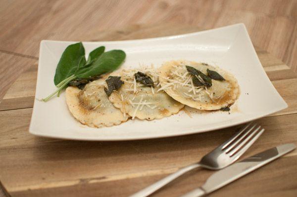 Ravioli met spinazie, ricotta en salieboter; een authentiek vegetarisch gerecht uit de Italiaanse keuken. Lekker met een glas Verdicchio.