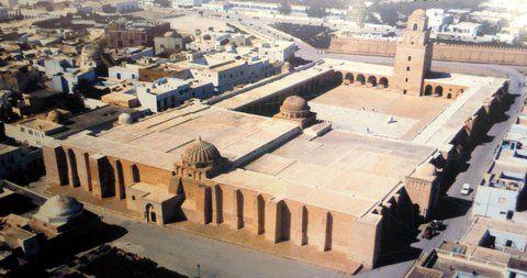 Kairouan, Tunisie.  Kairouan (القيروان), dont le nom signifie étymologiquement « campement », est une ville du centre de la Tunisie et le chef-lieu du gouvernorat du même nom.