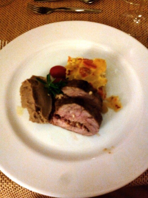 Lombinhos de porco recheado com enchidos, tortilha de legumes, pure de castanhas e tomate de cereja com azeite de alecrim