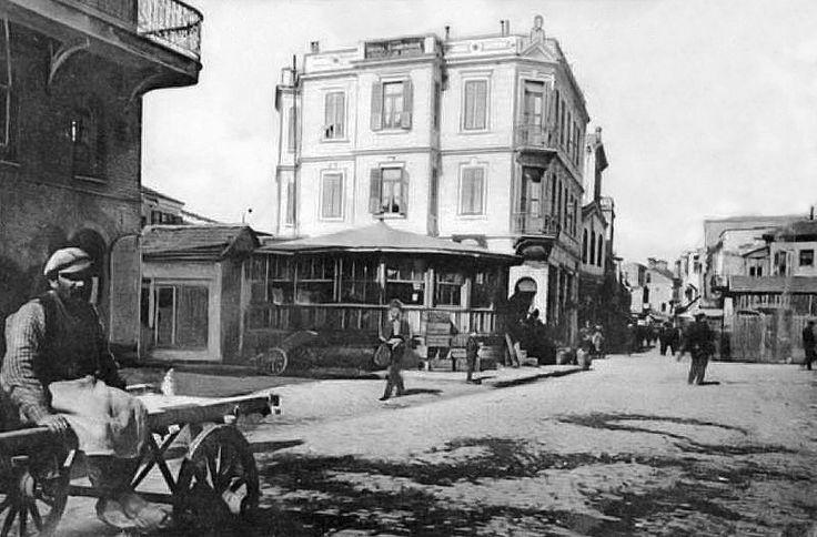 """Συνοικία Σεμπί στα Λαδάδικα - 1913-Φαίνεται η σημερινή οδός Κατούνη.Στο σημείο που ήταν το διώροφο κτίριο πρέπει τώρα να βρίσκεται ο """"Ζύθος"""