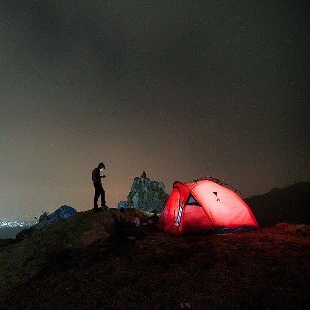 shot by @noerhoeda taken at Gunung Hawu -------- Gunung Hawu ini unik karena membentuk gua (hawu) bila dilihat dari depan atau membentuk lubang bila dilihat dari atas. Adapun secara ilmiah gunung ini sering disebut-sebut memiliki lengkungan alam. Proses terbentuknya lengkungan alam di Gunung Hawu sangatlah unik dan menjadi perhatian ilmuan di bidang perbatuan. Malahan lengkungan alami yang ada di Gunung Hawu sering disetarakan dengan lengkungan alami yang ada di Amerika. Tepatnya disamakan…