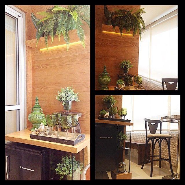 #ShareIG Sacada 'pequenininha' que foi um desafio fazer o projeto e atender todos os pedidos dos clientes!! O resultado ficou um charme!! #bomdia #interiores #sacada #fitaled #madeira #decor #decoracao #decorating #decoracaodeinteriores #arquiteta #arquitetura #arquiteturadeinteriores #brastemp #frigobar #verde #persianarolo #lindo #aconchegante #apartamento #marianemarildabaptista