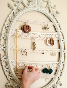 Organize your jewelry with an old frame. It's easy!Lace Jewelry, Jewelry Hanger, Earring Holders, Jewelry Displays, Earrings Holders, Diy Jewelry, Jewelry Holders, Pictures Frames, Diy Earrings