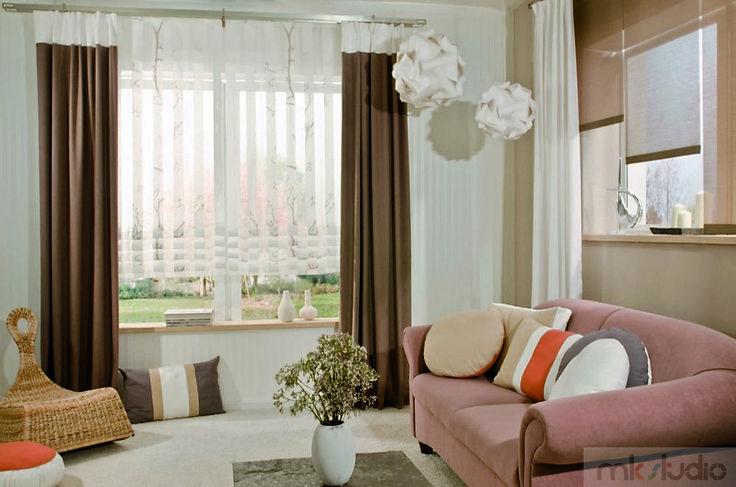 #brązy #brown #brązowy #wnętrze #salon #dekoracje #dekoracjeokien #interior #wnetrza #zasłony #firany #okno #okna #rolety #blinds >> http://www.mkstudio.waw.pl/oferta/systemy-wewnetrzne/rolety/