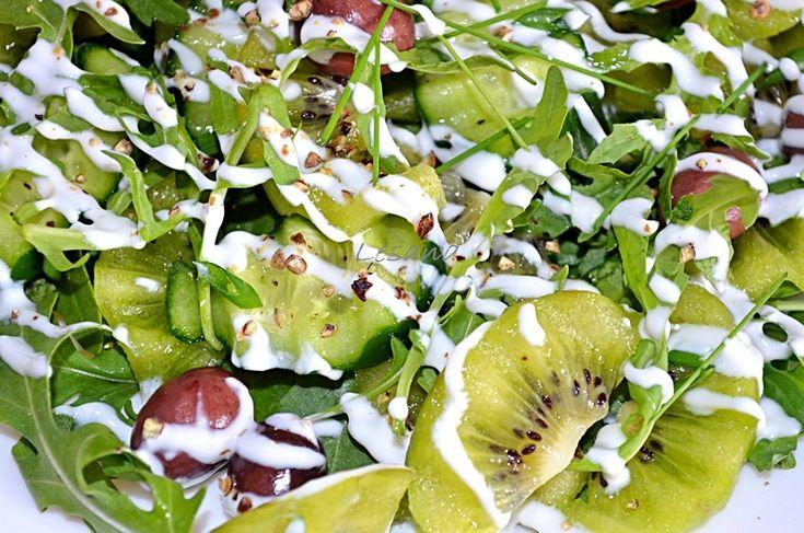 Салат с киви и огурцами