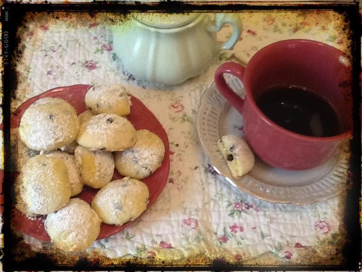 Biscottini ricotta e cioccolata Mescolate un uovo con 200g di zucchero, 100 g di latte e 125g di ricotta.Unire 350g di farina con 1/2 bustina di lievito e la vanillina.Aggiungete 100g di gocce di cioccolato.infarinare le mani e fare  delle palline e disporle su una teglia con carta forno, lasciare in frigorifero per 30 minuti.Cuocere in forno a 200° per 15 minuti spolverare con zucchero a velo