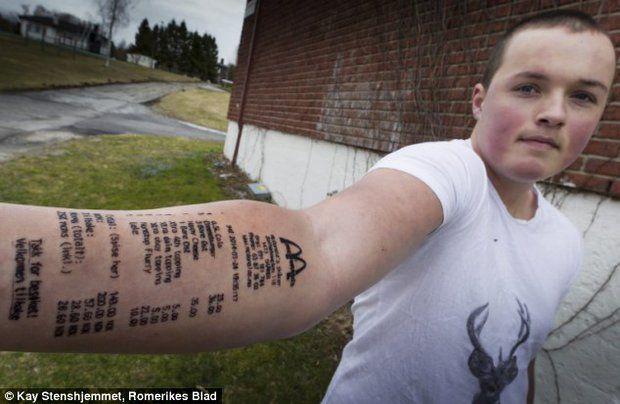 Azuzado por sus amigos, adolescente noruego se hizo un tatuaje tan ridículo que su padre lo encerró en casa.