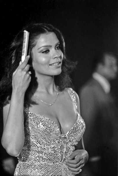 Some rare pictures on-the-sets pictures of Zeenat Aman here -> http://wp.me/p3x1zT-VM