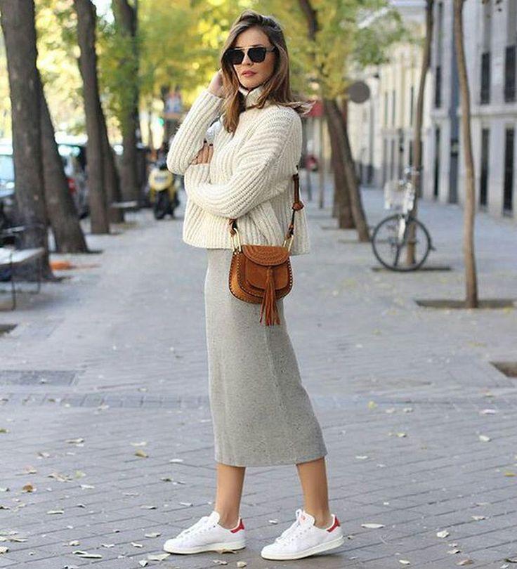 КАК НОСИТЬ. Обувь для миди юбки ========= С одной стороны, миди юбки всем хороши. А с другой, бывает не так-то просто подобрать к ним обувь. Для начала надо присмотреться, возможно, дело не в обуви, а в длине юбки. И если стройность ваших ног вам важна, и нет задачи сделать ноги полнее, то край юбки не должен пересекать ногу в самом широком месте. Или выше, или ниже.  То же относится и к обуви. Беспроигрышный способ сделать ноги стройнее – каблуки. Для тех, кому на каблуках непросто, как…